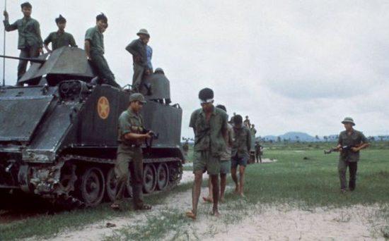 Bộ đội quân tình nguyện Việt Nam bắt giữ tù binh trên chiến trường K. Ảnh: QĐND.