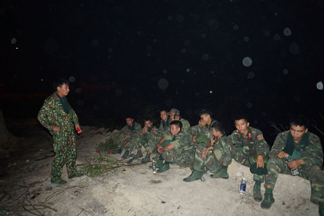 Gần 500 người trắng đêm chặn lửa tại núi Mào Gà