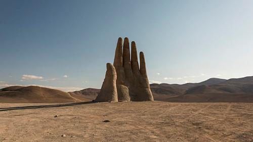 Bàn tay khổng lồ mọc lên giữa sa mạc ở Chile