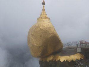 Bí ẩn ngôi chùa thiêng trên tảng đá dát vàng phá vỡ mọi nguyên tắc trọng lực ở Myanmar