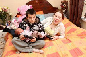 5 tuổi làm mẹ, 13 tuổi làm bố và những bi kịch khi trưởng thành mà đứa trẻ phải nhận