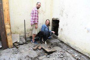 Đào vườn để sửa nhà, cặp vợ chồng phát hiện sự thật choáng váng bên dưới nền