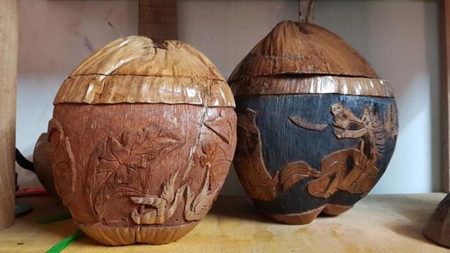 'Thổi hồn' vào vỏ dừa khô, bán 1,2 triệu đồng/cái