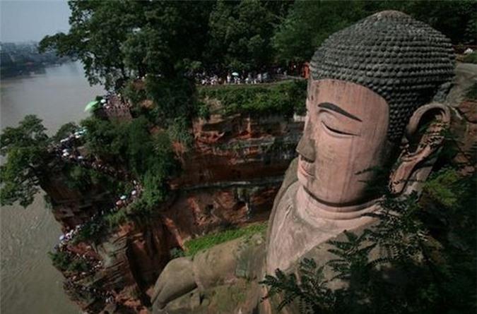 Giật mình điềm báo tương lai khi tượng Phật khổng lồ nhỏ lệ