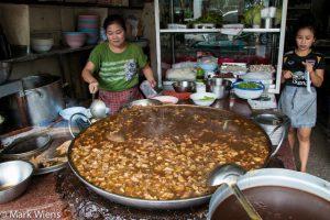 Kinh ngạc: Nhà hàng đun nồi nước dùng 75 năm không thay mới