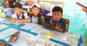 3 học sinh ở Quảng Nam trả lại ví tiền cho người chở củi
