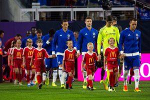 Tại sao các cầu thủ ra sân luôn dắt theo trẻ em?