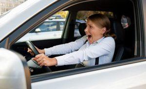 Làm gì khi ô tô đang chạy tốc độ cao bị kẹt chân ga?