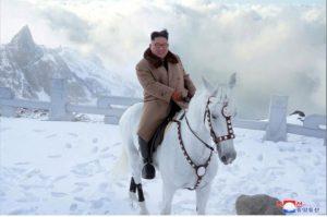 Ông Kim Jong Un lại cưỡi ngựa trắng lên đỉnh núi thiêng, Triều Tiên sắp có biến?