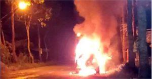 Đang lưu thông, ôtô 7 chỗ bất ngờ bốc cháy