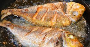 Tuyệt chiêu giúp chị em rán cá không dính chảo, vàng giòn
