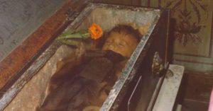 Bí ẩn về 'thiên thần say ngủ': Xác ướp gần trăm năm vẫn còn chớp mắt