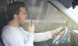 Ảo giác ôtô 'đi lùi' khi dừng đèn đỏ nguy hiểm ra sao?