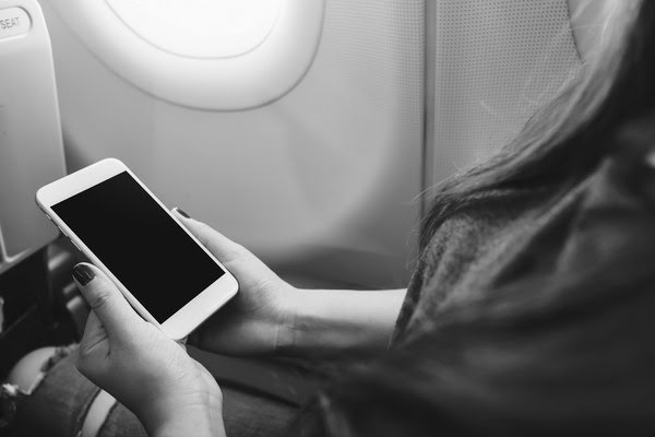 Điều gì xảy ra nếu bạn không chuyển điện thoại sang 'chế độ máy bay' khi đi máy bay?