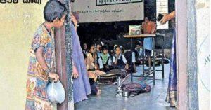 Sự thật đằng sau bức ảnh em bé cầm bát nhìn trộm lớp học đang lan truyền ở Ấn Độ