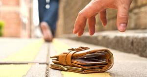 Gói tiền đánh rơi: Vô tình làm… người tốt