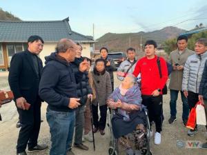 Đưa học trò về thăm quê, thầy Park rớt nước mắt khi gặp lại mẹ già 97 tuổi