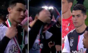 Ronaldo tháo huy chương ngay sau khi nhận từ BTC