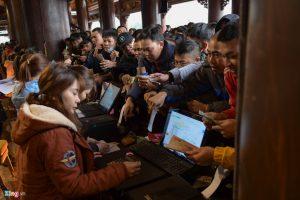 Chen lấn mua vé xe vào chùa Tam Chúc