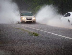 Lái xe ô tô trời mưa trên đường cao tốc dễ gặp nạn nếu phớt lờ điều này