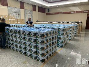Hàng nghìn lọ tro cốt chất bên ngoài nhà tang lễ Vũ Hán