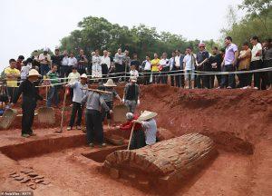Bí ẩn đôi nam nữ 'bắc cầu tình yêu' trong mộ cổ 1.000 năm