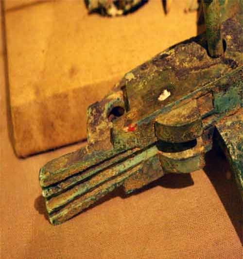 """Việc phát hiện được kho mũi tên đồng ở Cầu Vực cho thấy truyền thuyết về nỏ thần của An Dương Vương ở Cổ Loa có cốt lõi lịch sử chân thật. Tư liệu của khảo cổ học ở Cầu Vực đã """"vén bức màn huyền thoại"""" và trả lại cho An Dương Vương sự thật việc luyện và đúc mũi tên đồng ở Cổ Loa."""