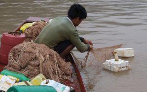 """Theo chân ngư phủ săn """"thủy quái"""" sông Đà, có loài hình thù kì dị nặng 70-80kg"""