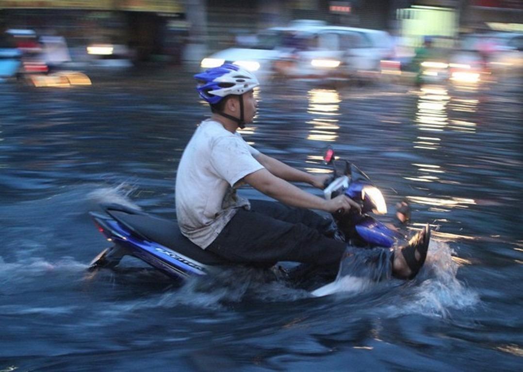 Xử lý tình huống xe máy 'sống sót' khi đi qua vùng ngập nước?