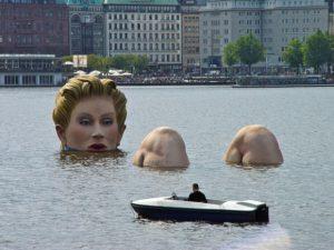 Hài hước những bức tượng 'quái dị' ở nơi công cộng