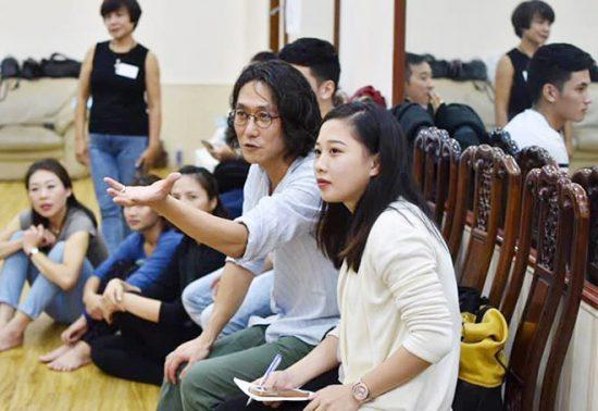 Đạo diễn Tsuyoshi Sugiyama trong một buổi làm việc với nghệ sĩ Việt.