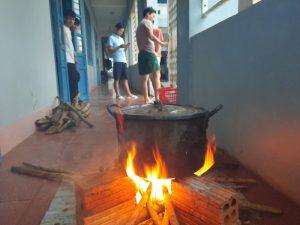 Ấm lòng bữa cơm của cô, thầy nấu cho học trò giữa vùng lũ dữ