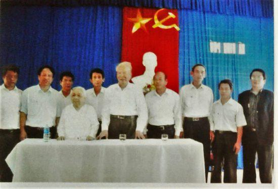 Bức ảnh Đại tướng Lê Đức Anh về thăm Trường Hà đã phai màu thời gian (Ảnh tư liệu của UBND huyện Phú Vang, Thừa Thiên - Huế)