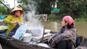 Một sáng trên chợ nổi Phong Điền
