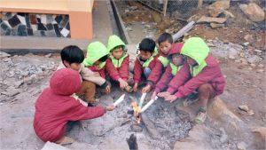 Thầy trò vùng cao Lào Cai chống chọi với giá rét