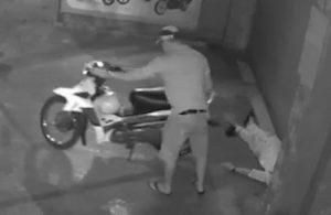 Nằm ngủ trước cửa nhà, nam thanh niên bị trộm điện thoại và xe máy