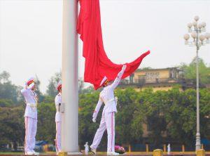 Nghi lễ thượng cờ và hạ cờ diễn ra tại lăng Bác