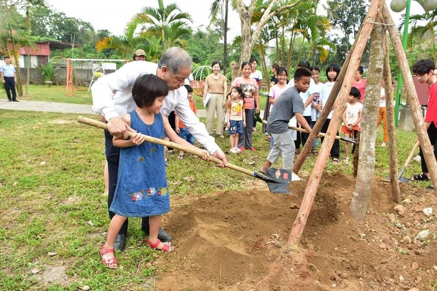 Chủ tịch UBND tỉnh Phan Ngọc Thọ thăm và trồng cây tại làng trẻ em SOS