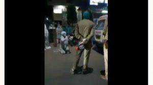 Con trai quỳ gối xin cảnh sát Ấn Độ đừng lấy oxy của mẹ