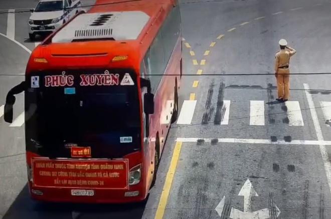 CSGT Bắc Giang đứng nghiêm chào đoàn chi viện chống dịch từ Quảng Ninh
