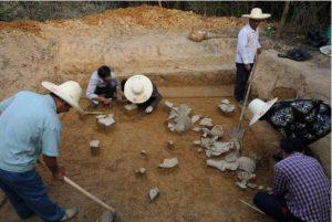 Phát hiện ngôi mộ cổ trong hang đất, chuyên gia tức tốc tìm đến nhưng 4 chữ trong mộ khiến họ phẫn nộ