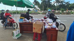 Đồng Nai: Những phần cơm ấm áp nghĩa đồng bào tặng người dân trên đường về quê
