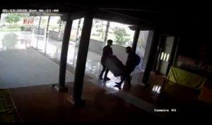 Xuất hiện clip hai thanh niên vào chùa khiêng trộm hòm công đức