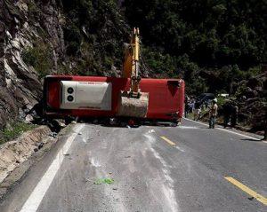 Điều tra làm rõ nguyên nhân vụ lật xe trên đèo Khánh Lê làm 23 người thương vong