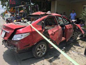 Xe ô tô của chủ quán karaoke nổ tung lúc rạng sáng