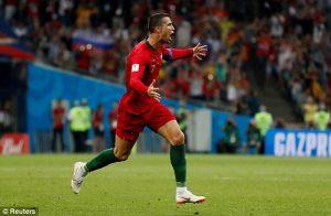 Ronaldo ghi 3 bàn 'gánh team', Bồ Đào Nha thoát cửa hòa