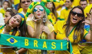 Bỏng mắt trước vẻ đẹp của các nữ CĐV Brazil