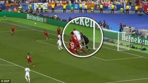 Sốc: Thủ môn Liverpool bị rối loạn thị giác sau cú đòn hiểm của Ramos!