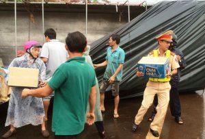 Cảnh sát giao thông chung sức giúp gom hàng tấn nước ngọt đổ ra đường