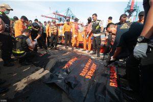 Đã vớt được 6 thi thể đầu tiên trong vụ máy bay chở 189 người rơi trên biển Indonesia